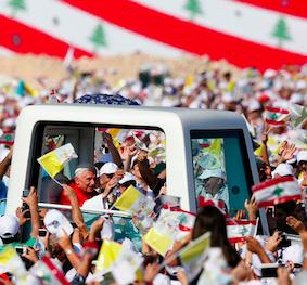 Bento XVI desfila no papamóvel.