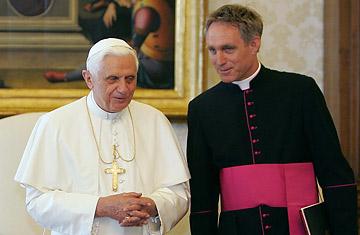Papa e secretário vítimas de cartas furtadas e publicadas